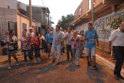 Gutiérrez inauguró más cuadras de pavimento y luminarias en el barrio Villa Itatí