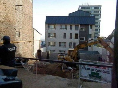Operario sufrió una fractura en un desprendimiento de tierra