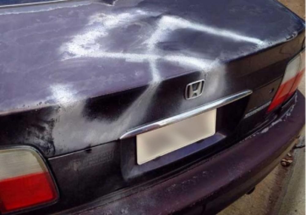 Pintan esvásticas en una sinagoga y en el auto de un rabino