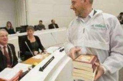 Distribuyen ejemplares del Sagrado Cor�n en Parlamento holand�s
