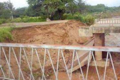 El agua que baja de Tucum�n causa estragos en los puentes de Santiago