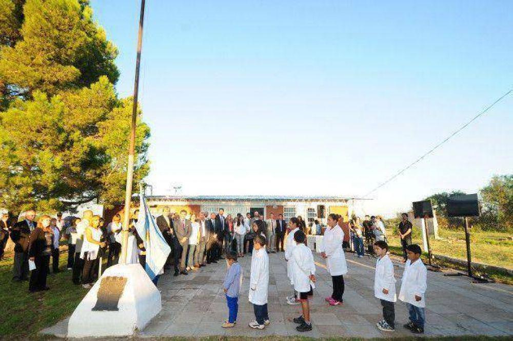 Poggi inauguró un playón deportivo en la centenaria escuela del paraje Santa Rosa
