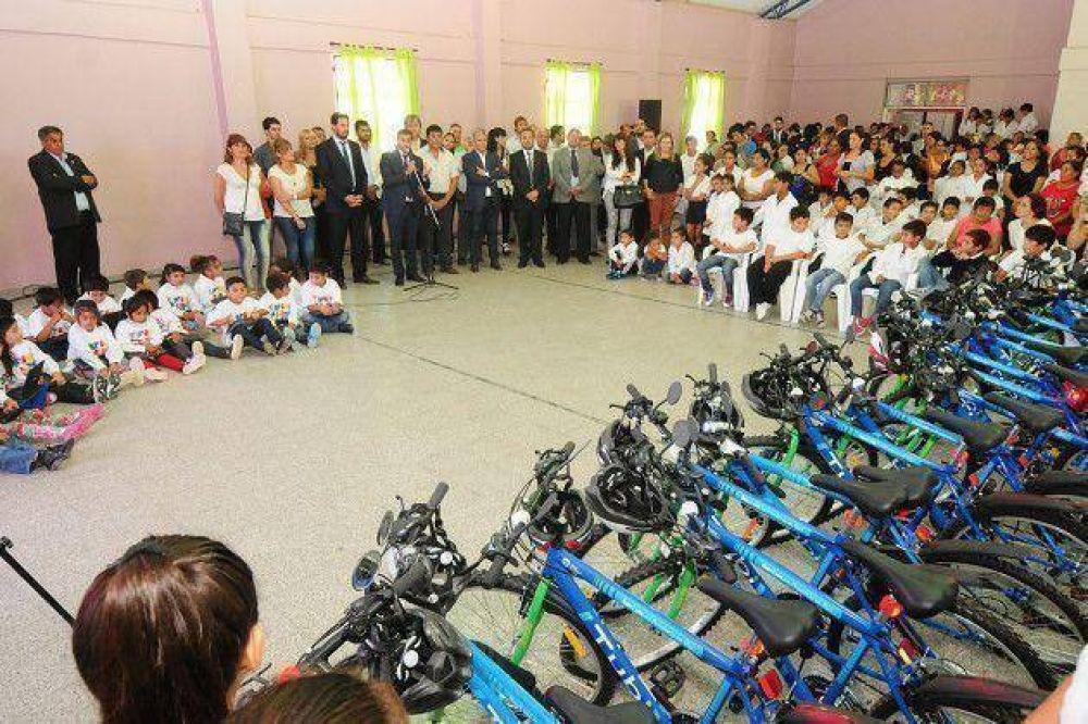 Los chicos de Beazley recibieron 24 netbooks y 21 bicis TuBi