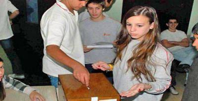 """Iriarte aseguró que con el voto joven """"sólo se enseña a violar la Constitución"""""""