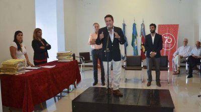 Díaz Pérez junto a vecinos del distrito que regularizaron su situación dominal de vivienda