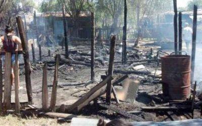 Una mujer incendió una vivienda con su pareja y sus hijos adentro