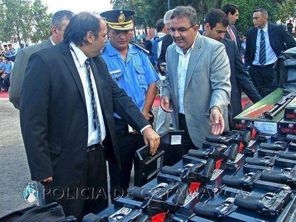 Entregaron nuevo equipamiento, armamento y móviles a la Policía
