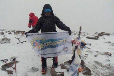 Plant� bandera en el Aconcagua