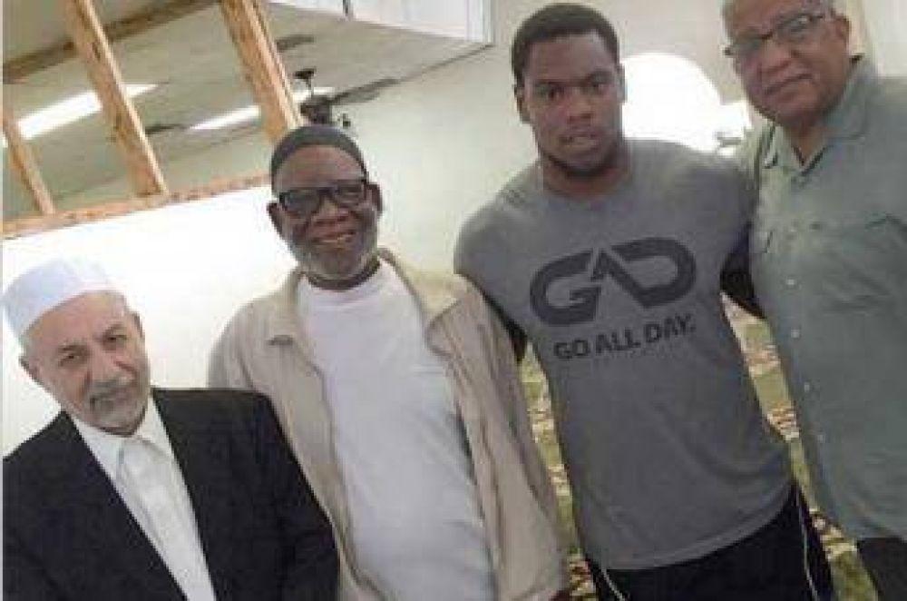 Una estrella del fútbol americano abrazó el Islam