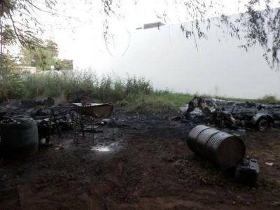 Una lancha fue destruida por el fuego