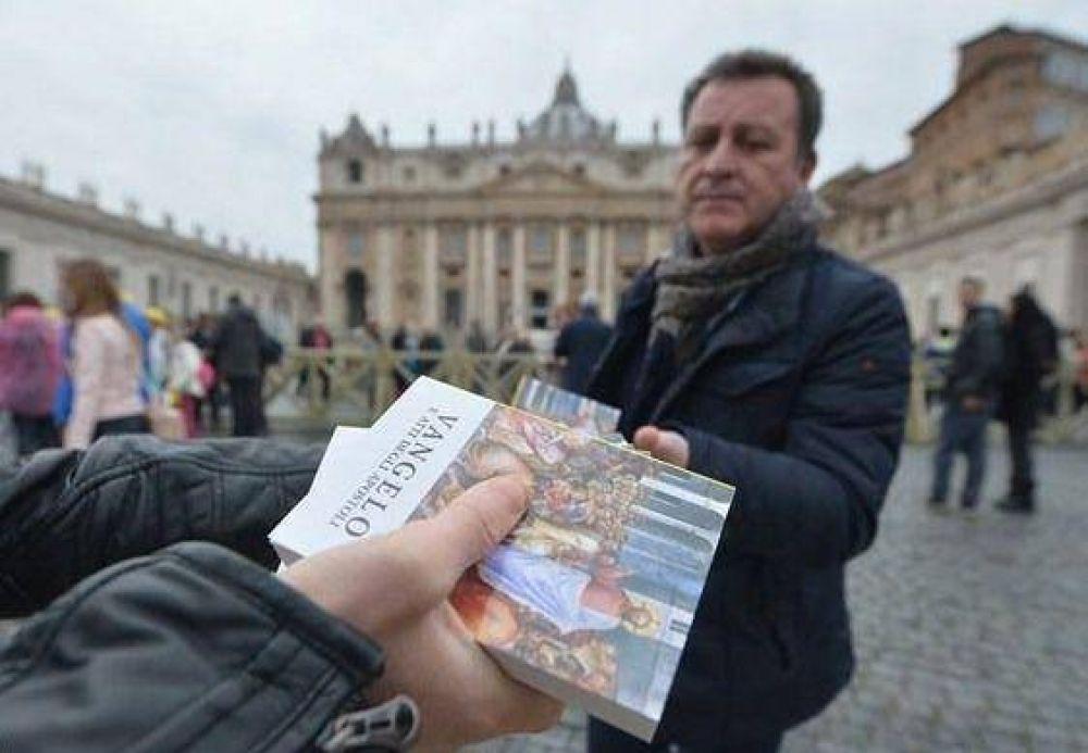 Distribuyen a los fieles evangelios tamaño de bolsillo