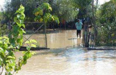Aún hay muchos tucumanos aislados por el agua y el pronóstico asusta