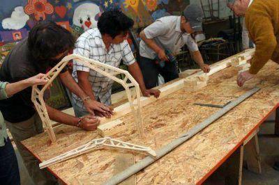 Inclusión social para jóvenes: construirán casas con madera de la zona