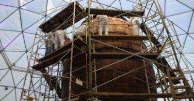 Construyen el domo para el huevo gigante