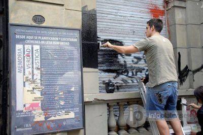 Colorido mural celebra el fin de la dictadura en Destacamento de La Plata