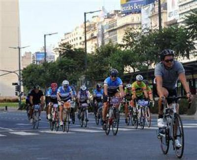 Más de 800 ciclistas rompieron la rutina de la ciudad con una carrera de 100 kilómetros