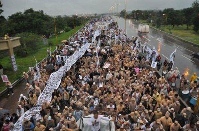 Masiva marcha bajo la lluvia en el Día de la Memoria