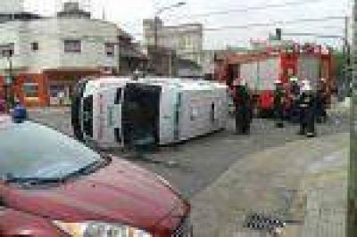 ¿PEOR EL REMEDIO QUE LA ENFERMEDAD? Una ambulancia chocó y volcó cuando trasladaba a una paciente con un paro, quien falleció