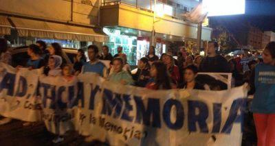 Día de la Memoria: Con paraguas, militantes y vecinos marcharon desde plaza Belgrano