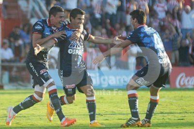 Unión volvió a la victoria con un golazo de Malcorra en el 15 de Abril