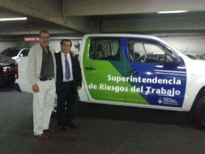 Superintendencia de Riesgo de Trabajo entregó camioneta a la Secretaría de Trabajo