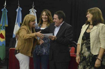 Díaz Pérez hizo entrega de subsidios por un millón quinientos mil pesos a escuelas del distrito