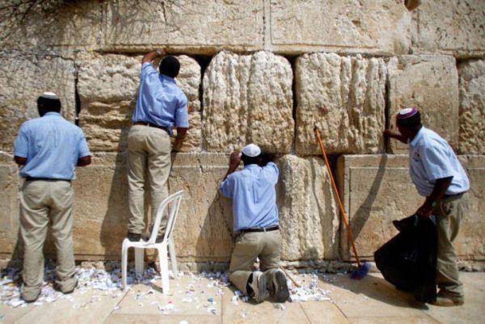 Israel/Pésaj: Empezaron la limpieza de mensajes en el Muro de los Lamentos