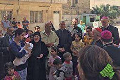El cardenal Filoni entre los refugiados