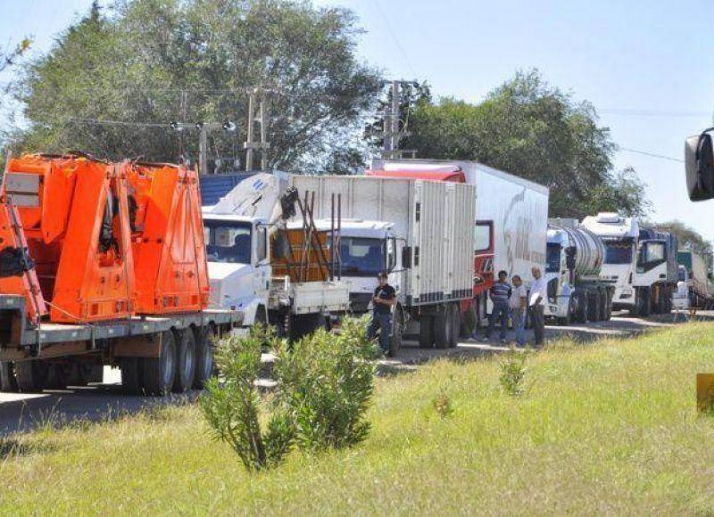 Paro nacional: el gremio de Camioneros se manifest� en la Autopista de las Serran�as
