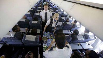 Más aerolíneas cobran extras para viajar en un asiento cómodo
