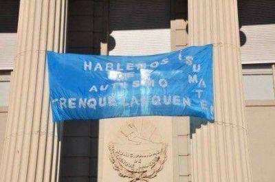 La fachada del edificio municipal de Trenque Lauquen de color azul
