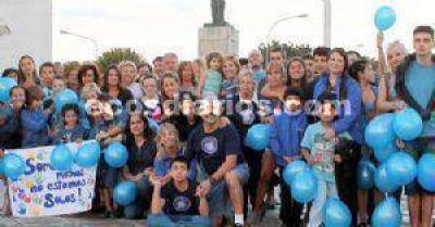 Con el fin de concienciar sobre el autismo la rotonda fue iluminada de azul