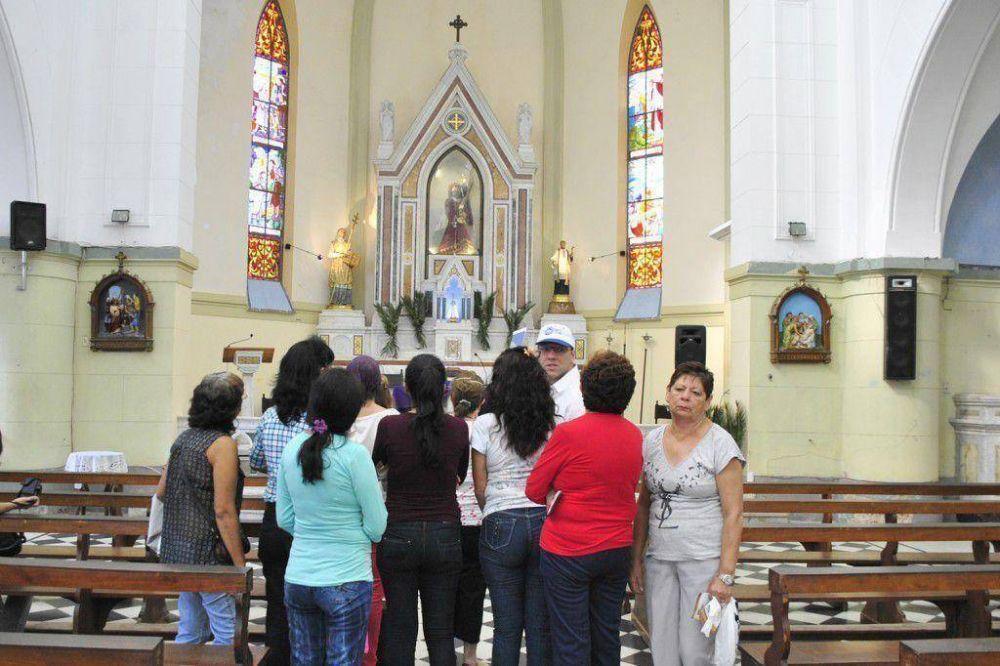 Más de 500 fieles recorrieron las 7 iglesias en los móviles gratuitos