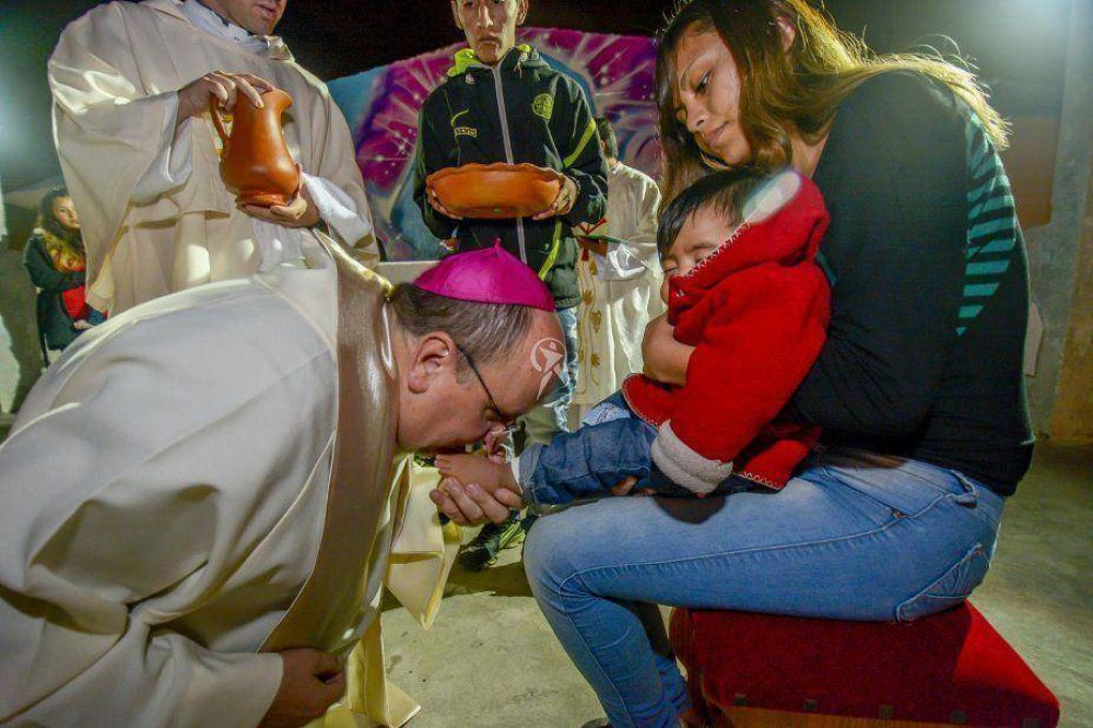 Semana Santa: Cargnello lavó los pies de 12 bebés