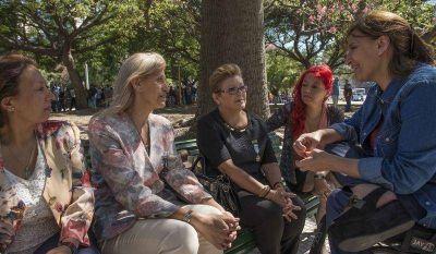 Michetti junto a ex veteranas de Malvinas