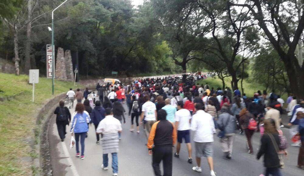 Una multitud participó del Vía Crucis al Cerro San Bernardo