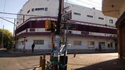 Un semáforo y un poste, a punto de caer sobre el asfalto en Villa Adelina