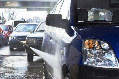 Robaban mercadería de camiones y las vendían en un lavadero de autos