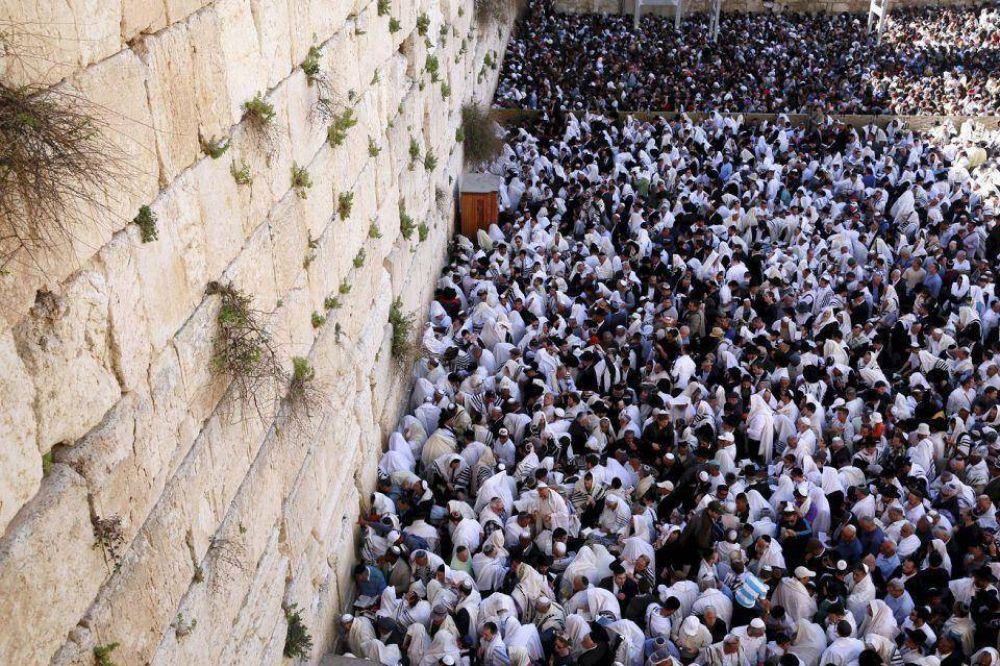 Más de 75.000 personas se acercaron al Muro de los Lamentos para la bendición sacerdotal de Pesaj