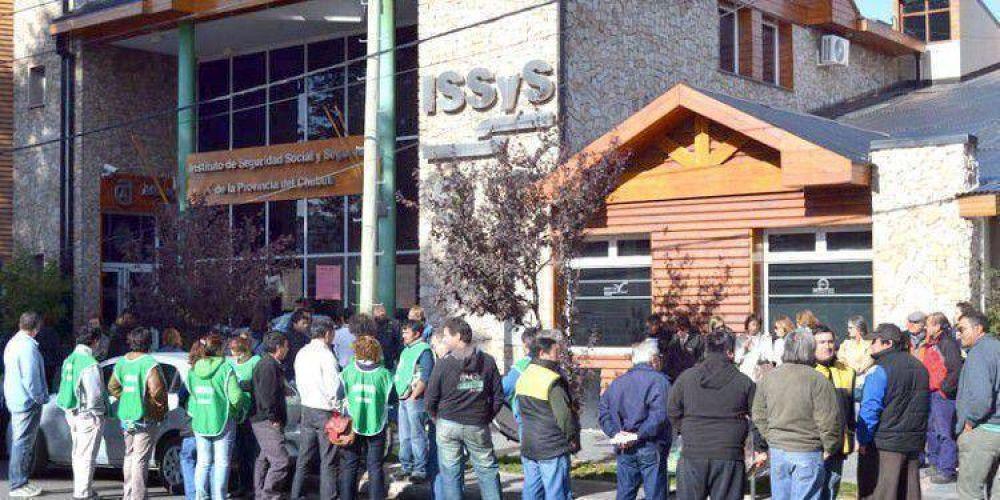 RECLAMAN REGULARIZACIÓN DE DEUDA: Trabajadores y jubilados se manifestaron frente a la sede del ISSyS y SEROS