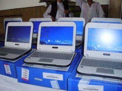 Entrega de netbooks en escuelas de las cinco localidades
