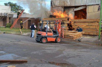 El trabajo de los bomberos, voluntario y con entrenamiento profesional