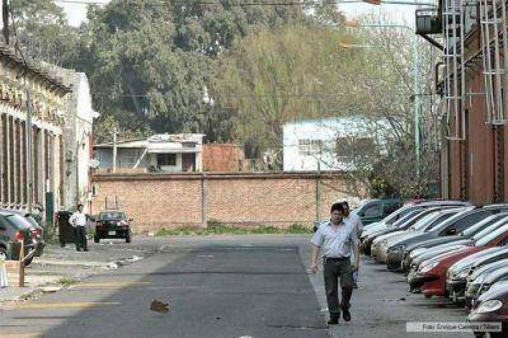 Ordenan al gobierno porteño a demoler el muro que bloquea calle lindante a planta de Clarín