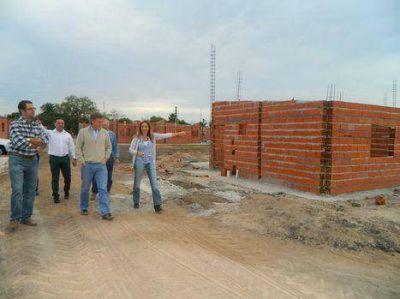 Se construyen 157 viviendas para vecinos del asentamiento y 206 a través del IAPV