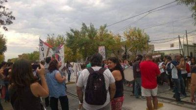 Ante la falta de pago, docentes marcharon y cortaron las vías del Mitre en Tigre