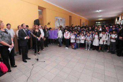 El Gobierno entregó mobiliario a 32 escuelas
