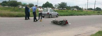 Madre con sus dos hijos en moto, choc� con remis y sufrieron serias lesiones