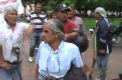 Cuidacoches protestaron en la sede de la Municipalidad