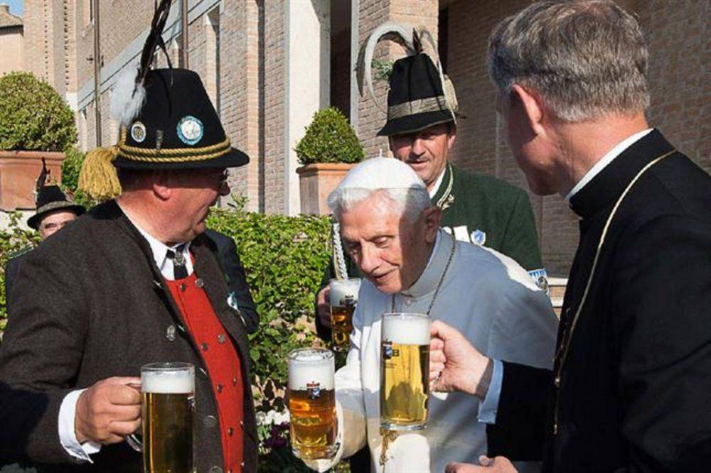 Benedicto XVI celebró su cumpleaños con música y cerveza