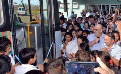 El Gobernador entregó colectivo a autoridades del colegio del Paraje Buena Vista